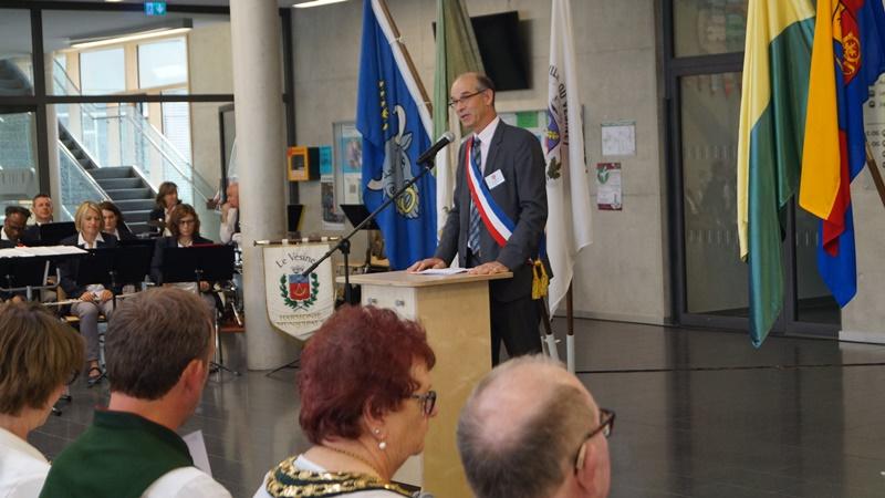 Der vesigondiner Bürgermeister Bernard Grouchko hielt seine leidenschaftliche Rede zu Europa und der Bedeutung von Städte-Partnerschaften auf Deutsch