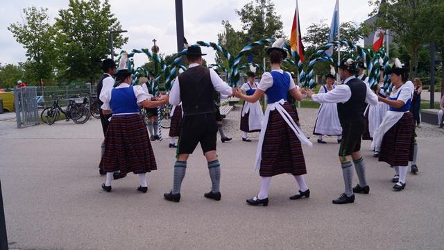 nach dem Festakt - Auftritt der d'Hachingertaler mit Kronentanz
