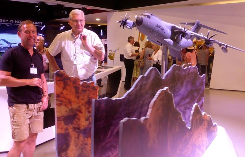 Hansjörg Obinger, Bürgermeister von Bischofshofen und Peter Wöstenbrink, Gemeinderat von Unterhaching, sind begeistert vom Showroom bei Airbus